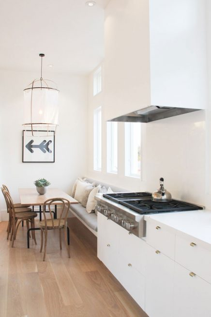 Lichte keuken met gezellige eethoek