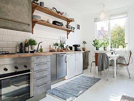 Lichte keuken zweeds appartement inrichting for Decoracion de cocinas industriales