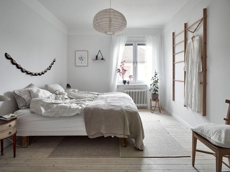 Lichte Scandinavische slaapkamer met mooie houttinten