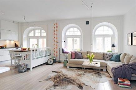 Helles Wohnzimmer mit Rundbogenfenstern