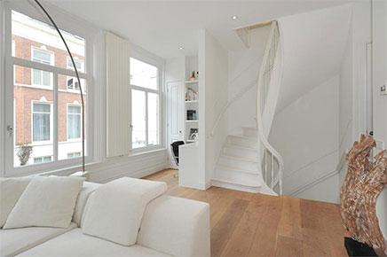 Lichte woonkamer met compacte open keuken | Inrichting-huis.com