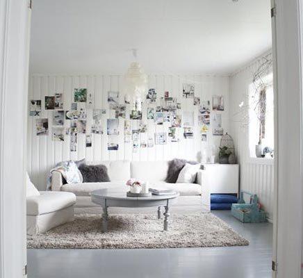 Lichte woonkamer met fotocollage