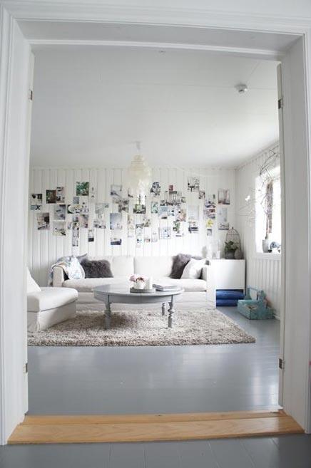 Lichte woonkamer met fotocollage  Inrichting-huis.com