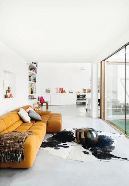 Lichte woonkamer met mooi kleurenpallet