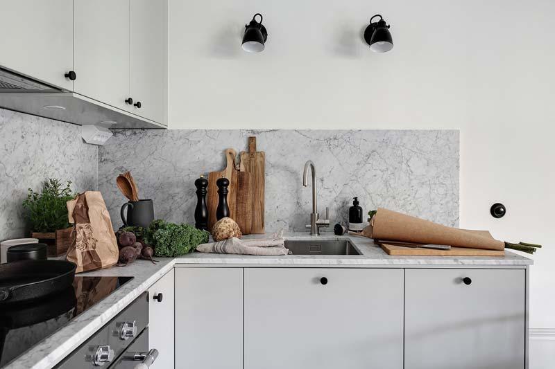lichtgrijze keuken marmeren blad achterwand