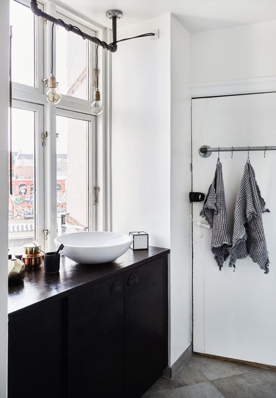 loft-badkamer-zwarte-badmeubel-ikea