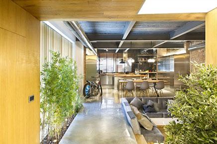 Loft woonkamer met stoere open keuken