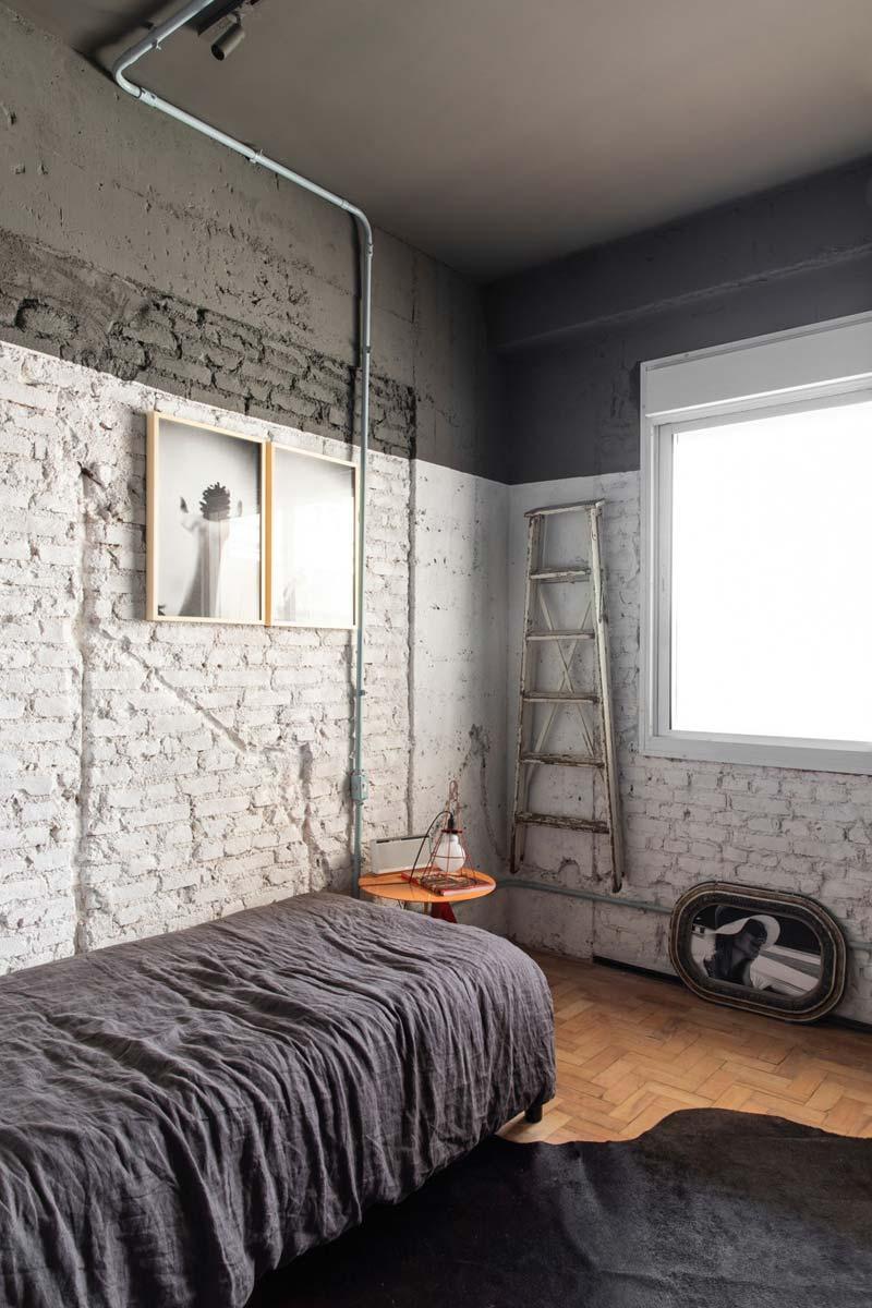 logeerkamer witte bakstenen zwart plafond