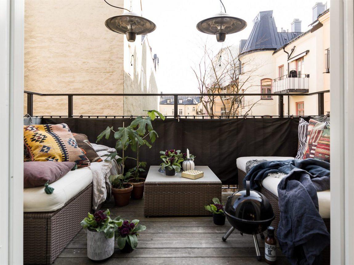 Loungen op een klein balkon