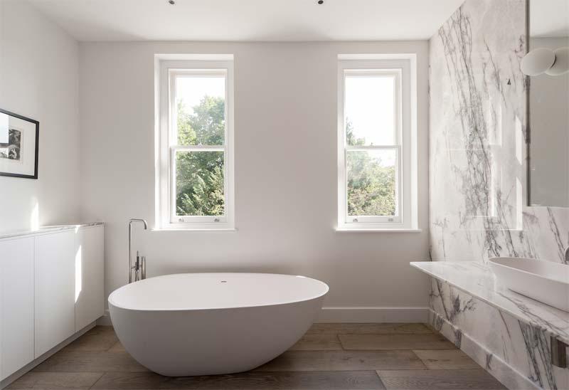 luxe badkamer marmer hout