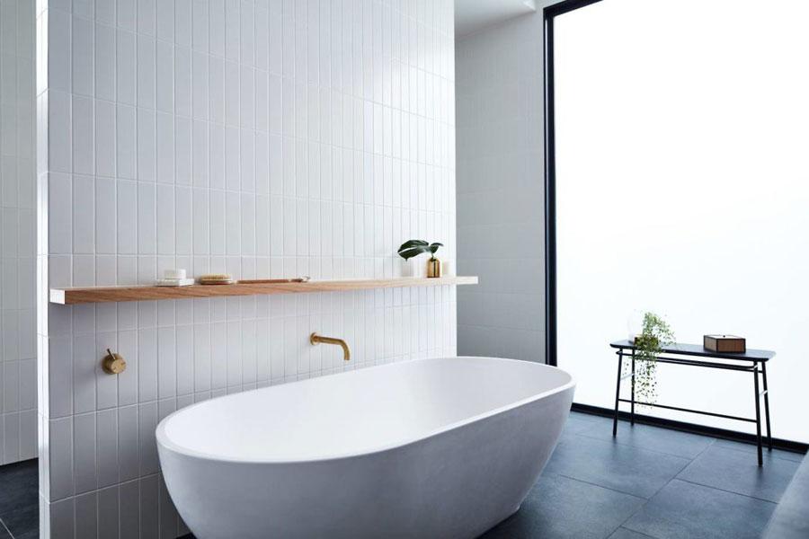 luxe badkamer vrijstaand bad gouden kraan