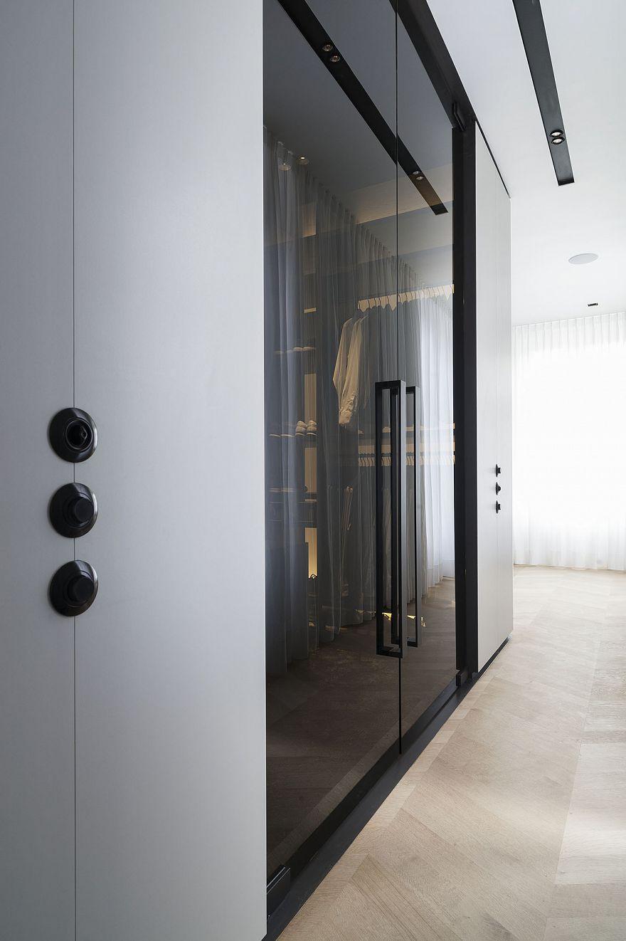 Luxe combinatie van inloopkast en badkamer door Studio Niels