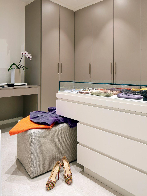 Luxe combinatie van slaapkamer half open inloopkast en badkamer inrichting - Taupe gekleurde ...