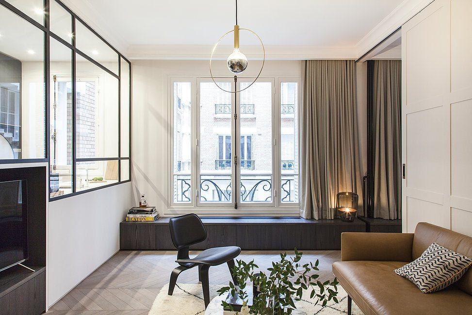 De donkere houten Hongaarse punt vloer is de perfecte keuze in dit luxe appartement uit Parijs.