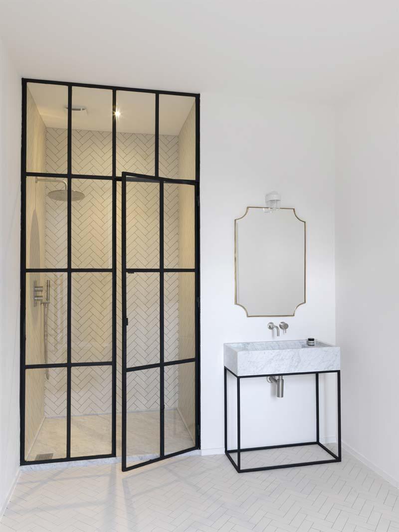 luxe minimalistische badkamer witte visgraat tegels