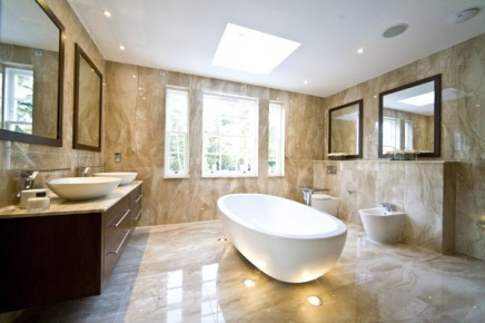 Marmeren badkamer met spots en swarovski inrichting for Bagni interni case
