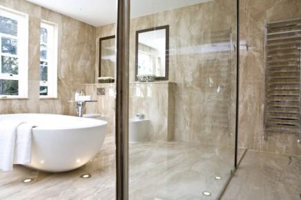 Marmeren badkamer met spots en swarovski inrichting huis