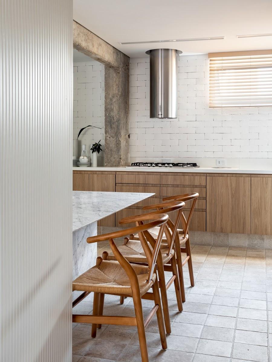 marmeren eettafel met houten wishbone chair keuken