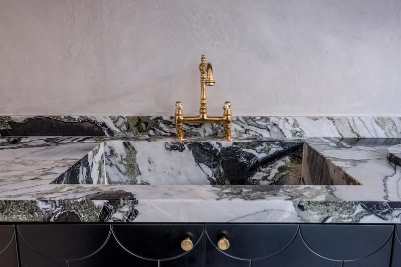 marmeren keukenblad gouden kraan