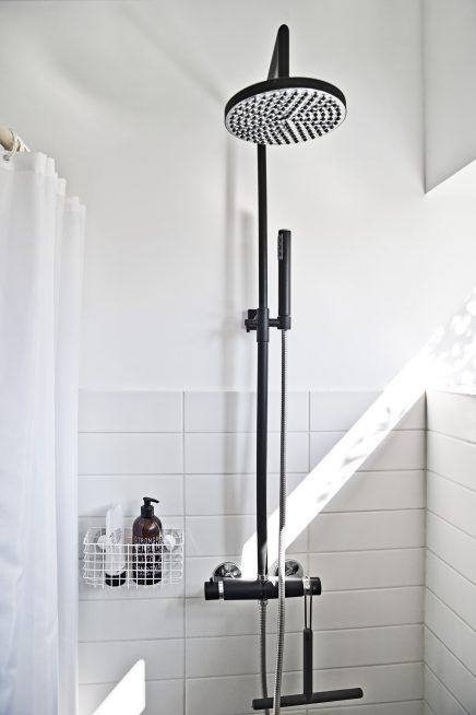 Mat zwarte douche en kraan