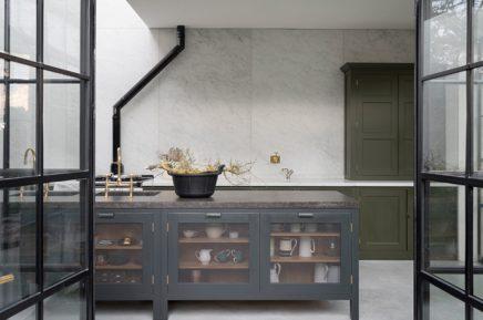 Mat zwarte keukeneiland