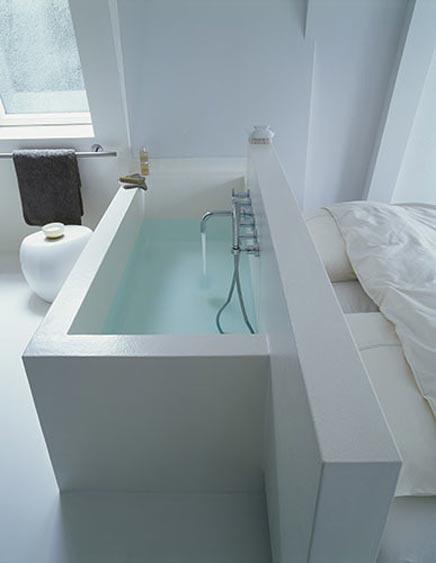 Minimalist Schlafzimmer mit Badezimmer