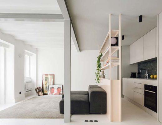 Minimalistisch interieur van een klein duplex appartement