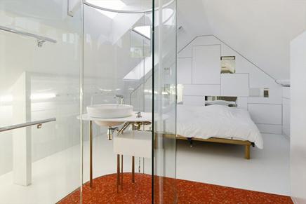 Minimalistische slaapkamer met glazen badkamer | Inrichting-huis.com
