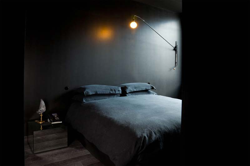 minimalistische slaapkamer zwarte muren