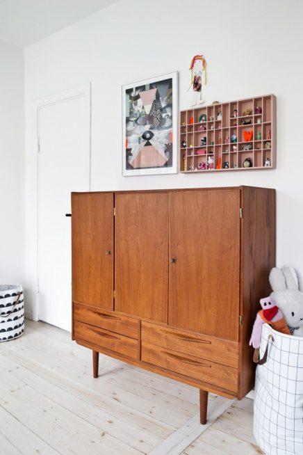 Mix van retro en Scandinavische meubels in de kinderkamer van 6-jarige Olivia