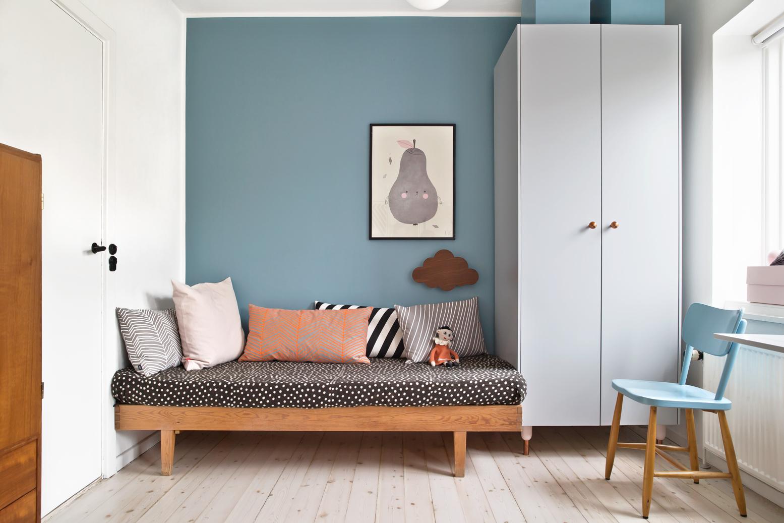 mix van retro en scandinavische meubels in de kinderkamer van 6 jarige olivia inrichting huiscom