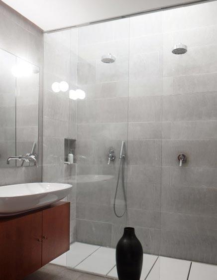 Moderne badkamer met 2 regendouches | Inrichting-huis.com