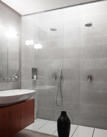 Moderne badkamer met 2 regendouches inrichting - Moderne luxe badkamer ...