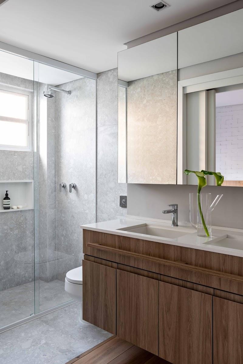 moderne badkamer met houten badkamermeubel
