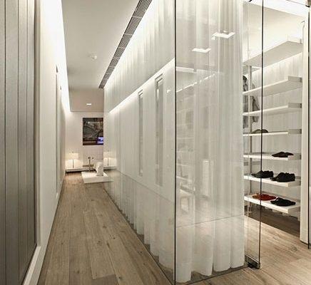Moderne inloopkast volledig van glas
