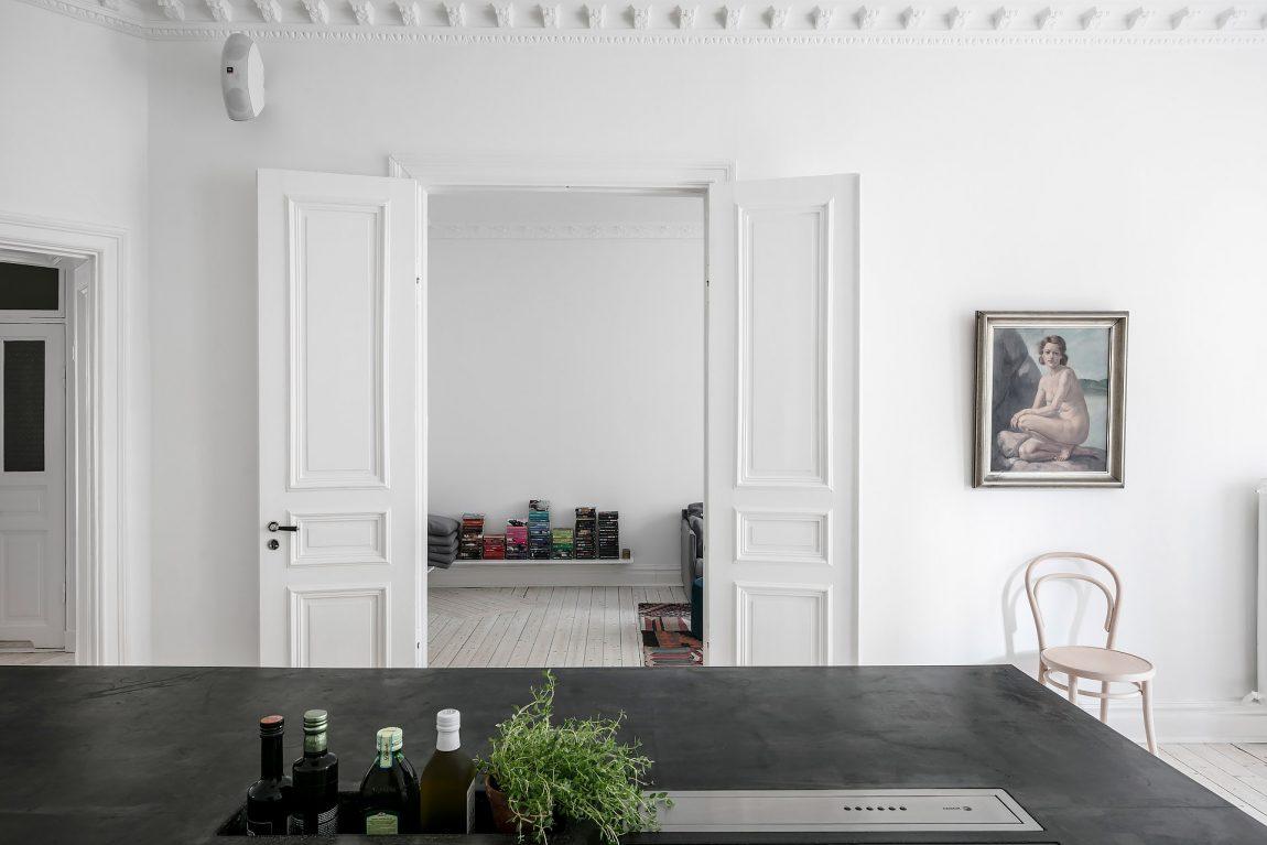 In deze moderne keuken met kookeiland is de karakteristieke sfeer gecombineerd met een strakke afwerking