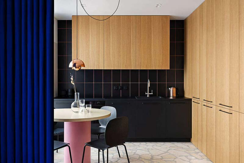 moderne keuken zwarte eikenhouten kasten