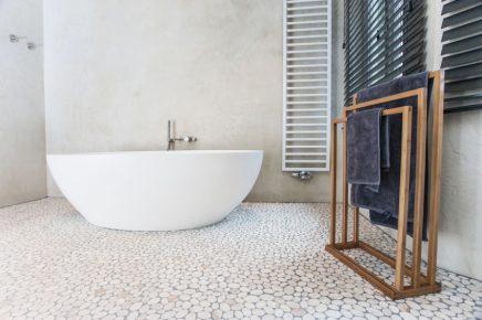 Moderne landelijke badkamer met natuurlijke materialen inrichting - Badkamer cocooning ...