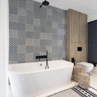 Moderne Scandinavisch geïnspireerde badkamer met zwart, wit en hout