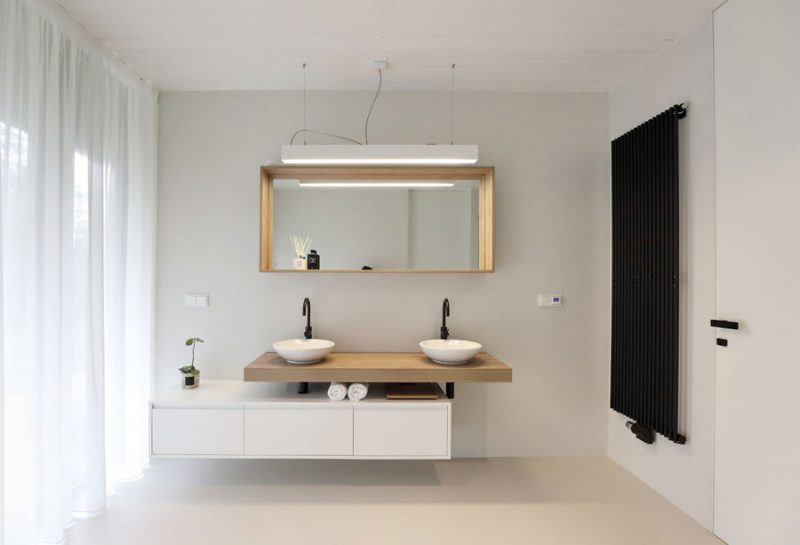 Moderne scandinavisch geïnspireerde badkamer met zwart wit en hout