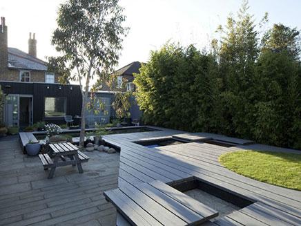 Moderne tuin met grote vijver
