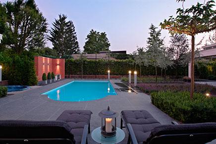 Moderne tuin met zwembad
