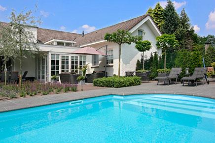 Inrichting overdekt terras houten bungalow p op bungalowpark familyland met overdekt zwembad - Zwembad huis ...