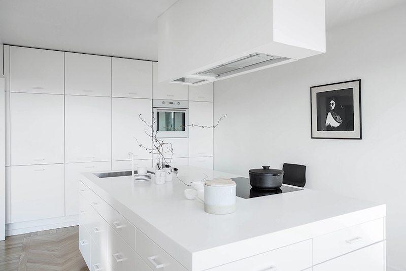 moderne-witte-keuken-kookeiland