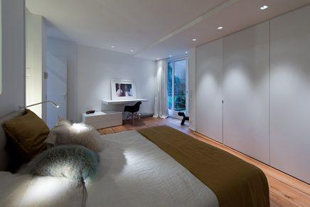 Moderne badkamer met inbouwkasten