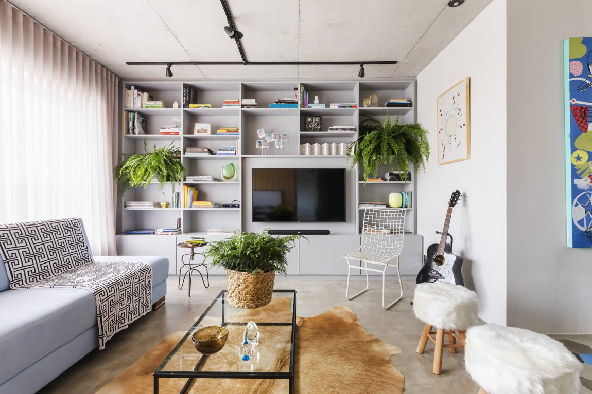 Deze moderne woonkamer heeft een stoer vintage tintje gekregen ...
