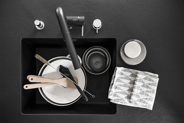 Moderne zwarte keuken van Finse interieurstylist Piia Kalliomäki