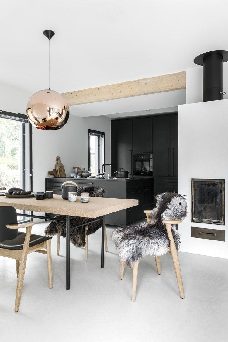 Dit is de stoere moderne zwarte keuken van Finse interieurstylist Piia Kalliomäki. Naast grote wandkasten die helemaal tot het plafond lopen, heeft ze ook gekozen voor en kookeiland die aan één zijde aan de muur vastzit.