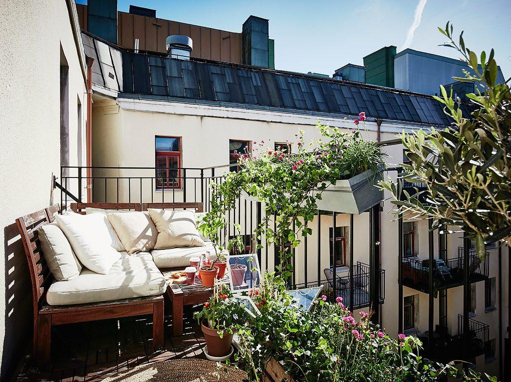 Mooi en klein scandinavisch appartement met groen grijze muren