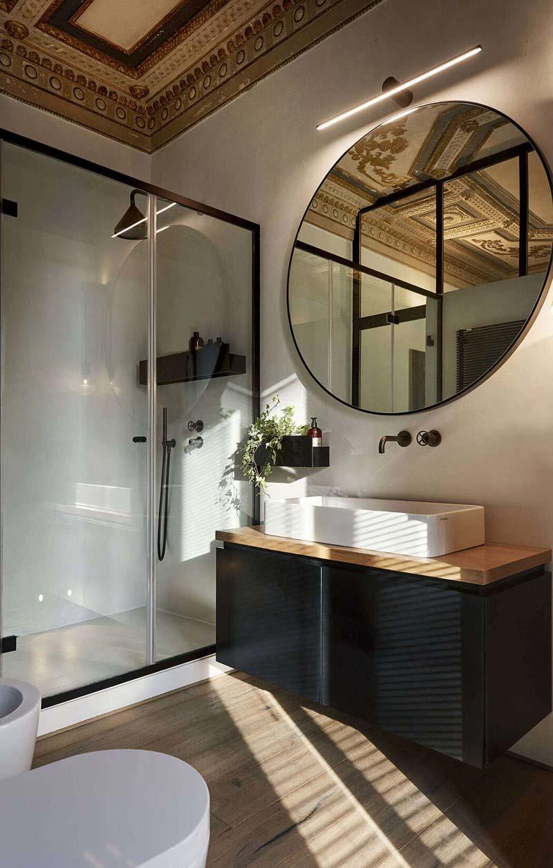 mooie badkamer grote glazen douchewand-staal